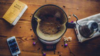 コーヒーポットを磨く