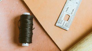 手縫い革コインケースを作りながら、在庫処分!